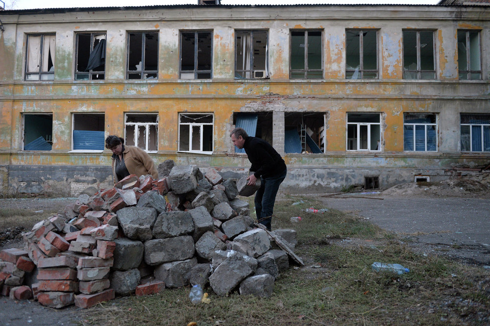 Habitantes de Donetsk en el patio del Hospital № 20 destruido por los bombardeos. En el sótano hay un refugio (29 de octubre de 2014)