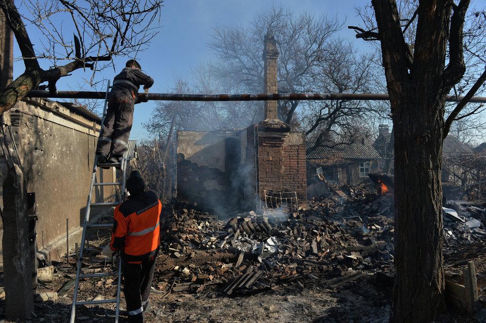 Empleados de los servicios comunales de Donetsk reparan una tubería de gas dañada por la artillería del Ejército ucraniano (9 de noviembre de 2014)