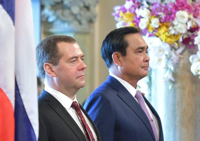 Primer ministro de Rusia, Dmitri Medvédev, y primer ministro de Tailandia, Prayuth Chan-Ocha. durante su reunión en Bangkok