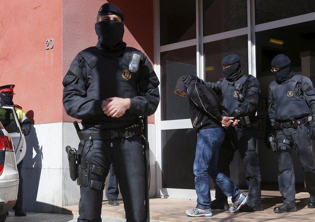 Mossos d'Esquadra custodian a uno de los detenidos en Sabadell