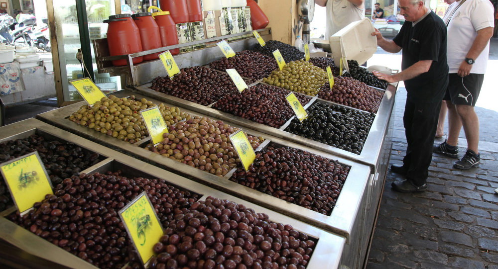 Aceitunas en el mercado en la cuidad griega Salónica