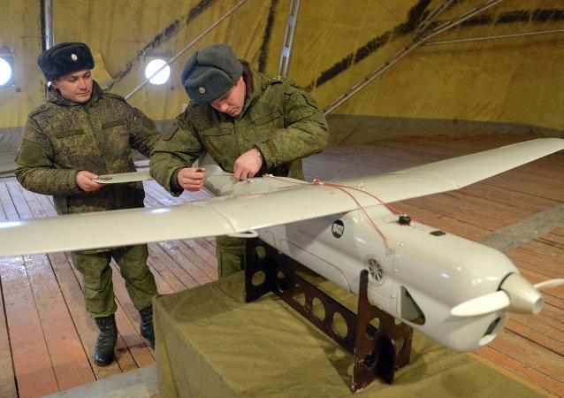 Soldados inspeccionan un aparato no tripulado Orlan antes del lanzamiento