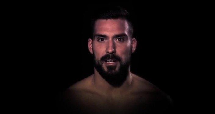 Screenshot del video Respeta a tu pareja con participación de los futbolistas españoles