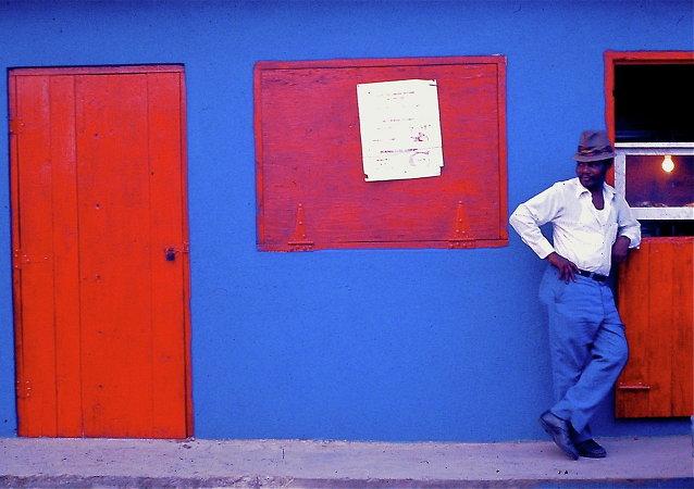 Un hombre en la calle en Puerto Rico