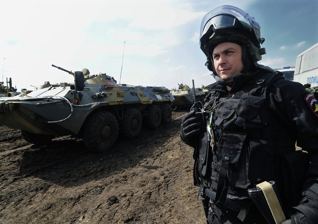 Un soldado de Tropas del Interior de Rusia durante el ejercicio en la base militar Kadamovsk en la región de Rostov