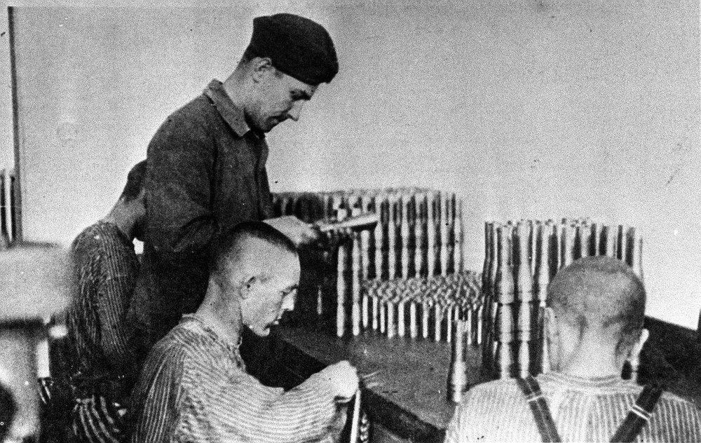 Presos de Dachau confeccionan uniformes nazis en una fábrica textil