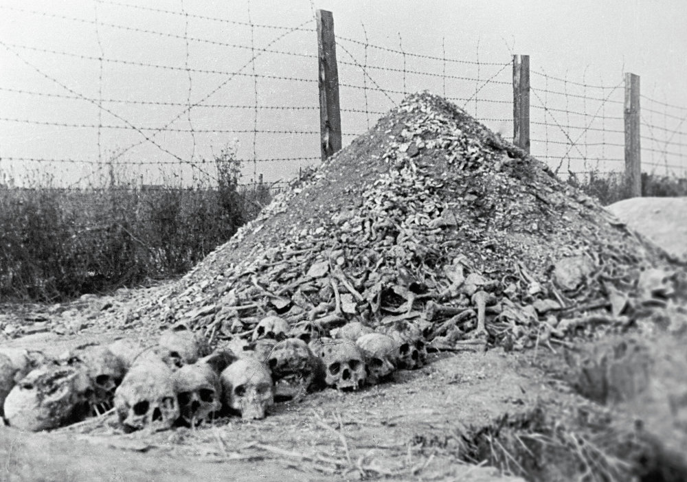 Huesos humanos junto al alambrado del campo de Majdanek