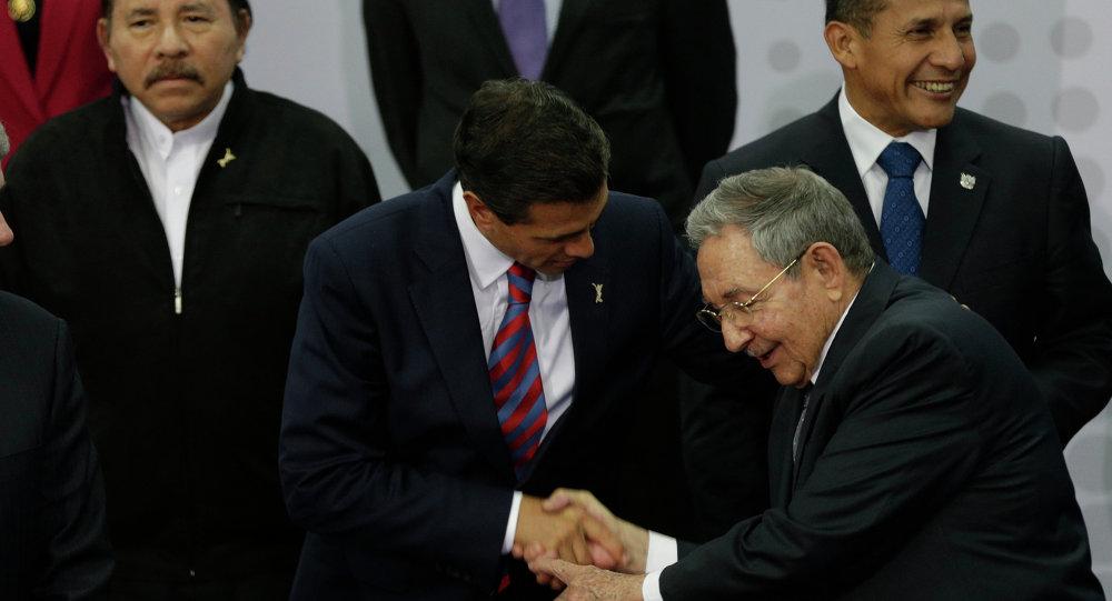 El presidente de México, Enrique Peña saluda el presidente de Cuba, Raúl Castro, durante la VII Cumbre de las Américas de Panamá