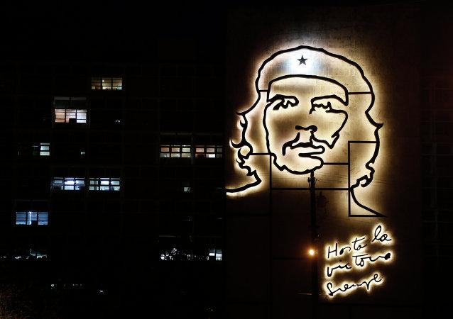 El edificio del Ministerio del Interior decorado con una escultura del héroe de la Revolución Cubana, Ernesto 'Che' Guevara