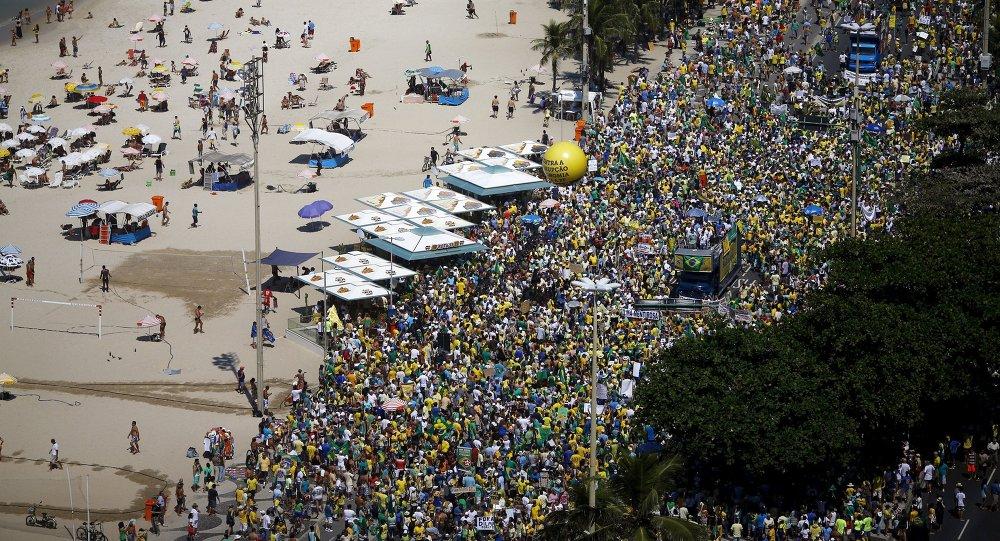 Manifestación antigubernamental en la playa de Copacabana