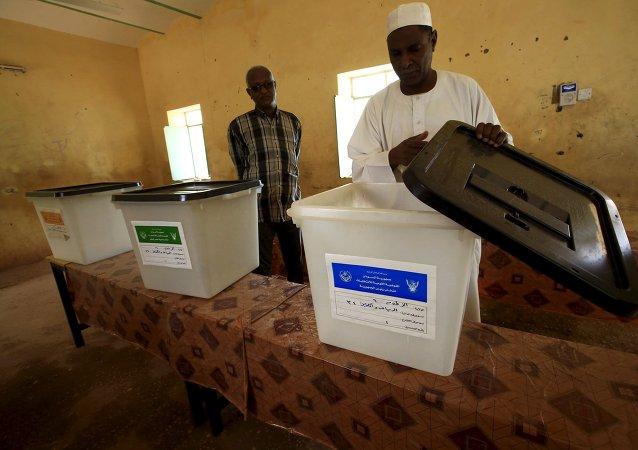 Uno de los centros electorales en Jartum
