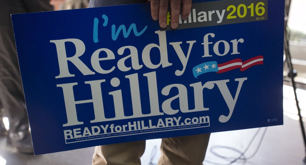Partidario sostiene Estoy listo para Hillary en la reunión  Ready for Hillary en Manhattanlds an I'm Ready for Hillary sign during the Ready for Hillary rally in Manhattan, New York April 11, 2015.