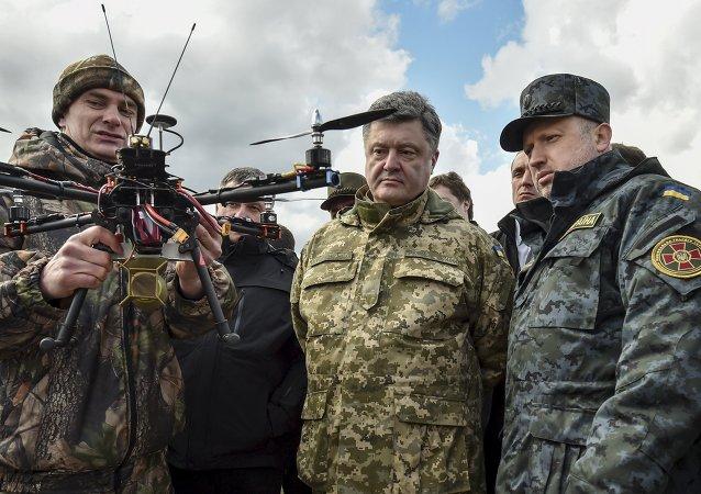 Presidente de Ucrania, Petró Poroshenko (centro) y secretario del Consejo de Seguridad Nacional y Defensa de Ucrania, Alexandr Turchínov (dcha.)