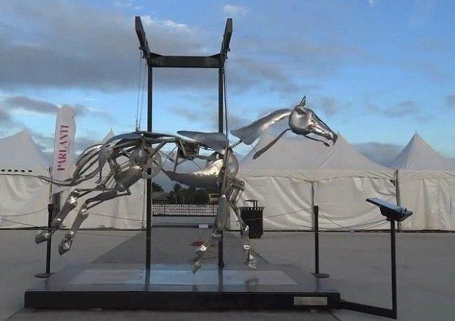 Artista de Brooklyn crea una impresionante escultura mecánica de un caballo
