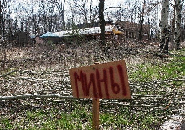 Un cartel qué dice Minas en las afueras de Donetsk