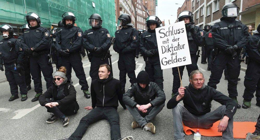 Los manifestantes protestan contra la reunión de los ministros de Exteriores del G7 en Lubek