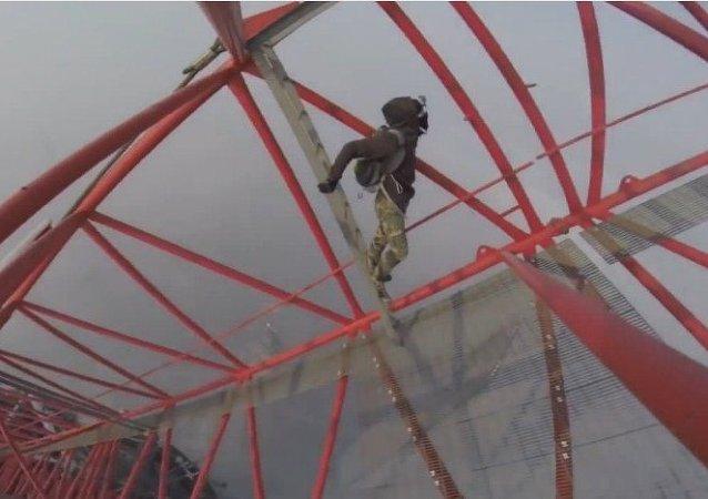 """Un """"hombre araña"""" ruso toca el cielo de Shanghai"""
