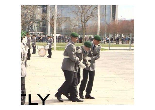 Un soldado alemán se desploma en plena ceremonia