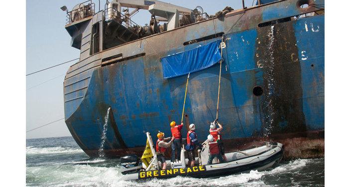 Activistas de Greenpeace asaltan el barco Oleg Naydenov (archivo)