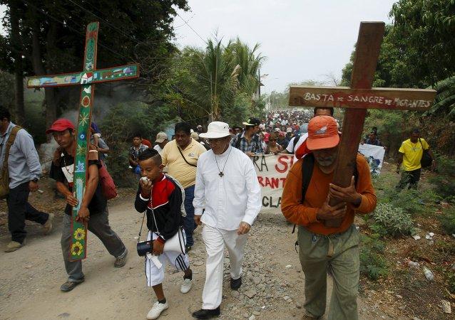 Caravana de migrantes encabezada por el sacerdote católico Alejandro Solalinde