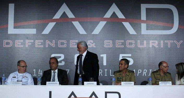Ministro de Defensa de Brasil Jaques Wagner en la feria LAAD Defense & Security 2015