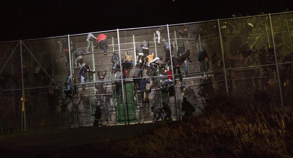 Inmigrantes ilegales saltan la valla de Melilla