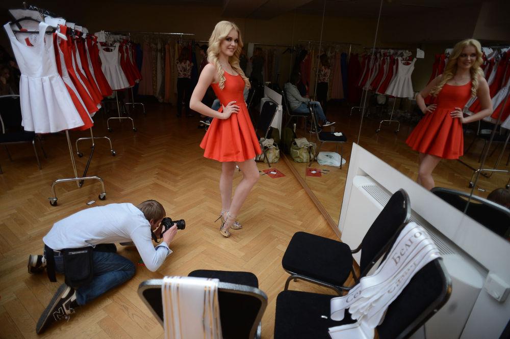 La finalista del concurso Miss Rusia 2015 Kristina Odintsova (Sarátov) se prepara para salir al escenario