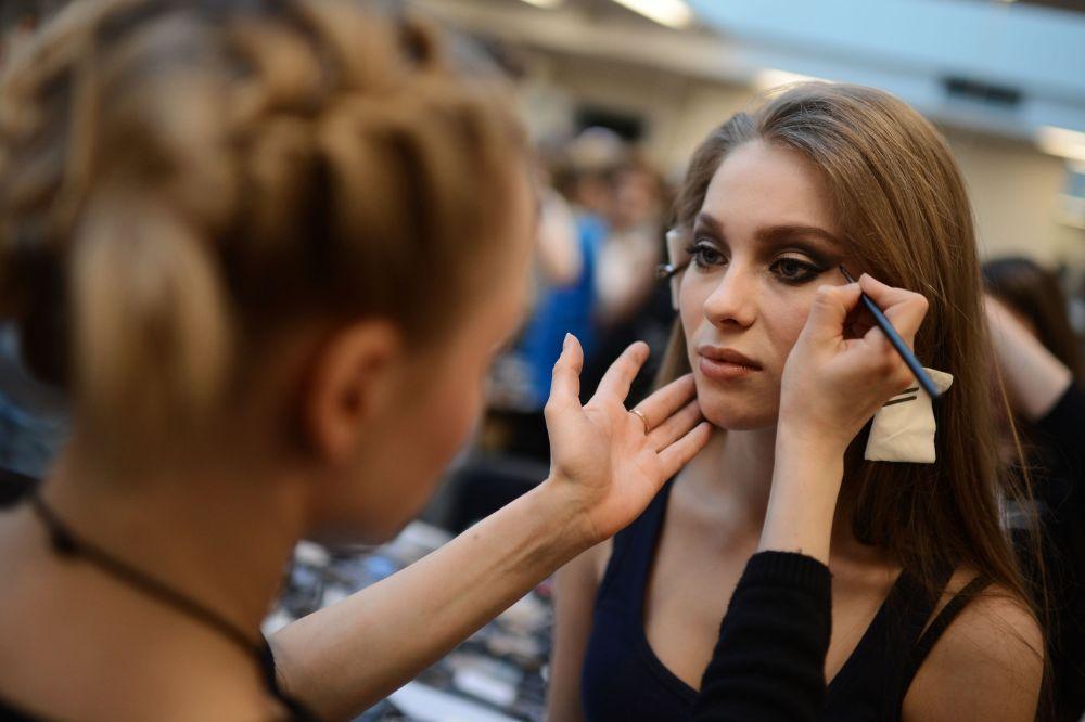 La finalista del concurso Miss Rusia 2015 Anna Shkurenkova (Sebastopol) se prepara para salir al escenario