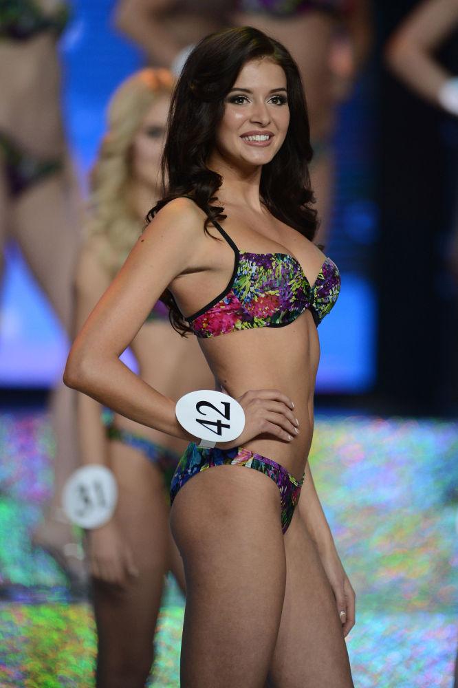 La nueva Miss Rusia hace alarde de su figura durante el desfile en bañadores