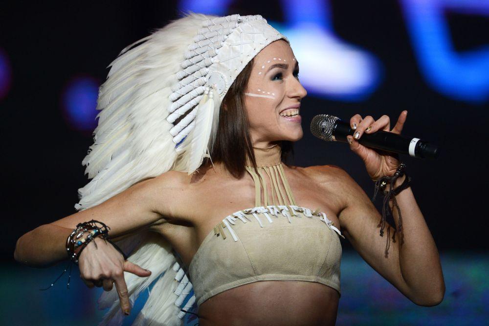 La cantante rusa Ekaterina Ivánchikova actúa durante la final de Miss Rusia 2015