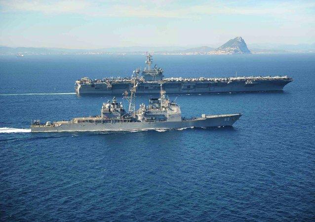 La clase Ticonderoga crucero de misiles USS Vicksburg acompañante la nave da guerra USS Theodore Roosevelt en el mar Mediterráneo