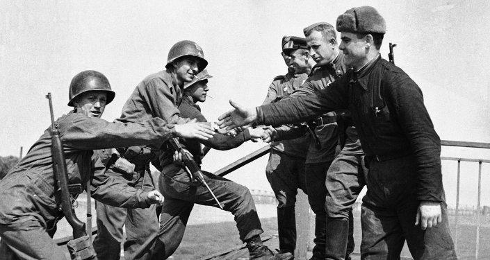 Encuentro entre soldados estadounidenses y soviéticos en el puente de Elba. Torgau, Alemania, 26 de abril de 1945