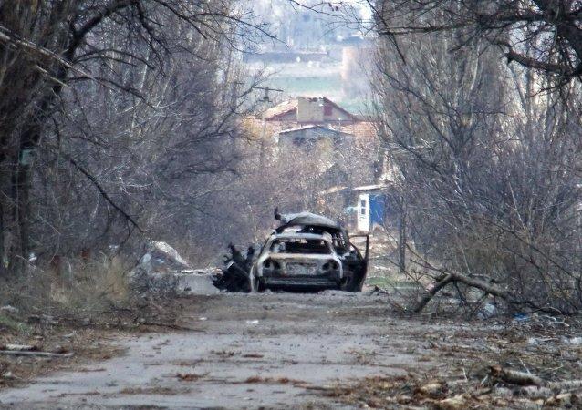 Coche destruido con los periodistas en el pueblo en las afueras de Donetsk