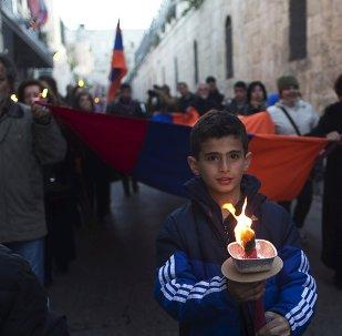 Los miembros de la comunidad armenia de Jerusalén marchan en memoria de 100 aniversario de los asesinatos en masa de 1,5 millones de armenios a manos de las fuerzas turcas otomanas