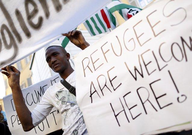 Un migrante participa en la protesta delante de la Cámara de Diputados de Italia en Roma