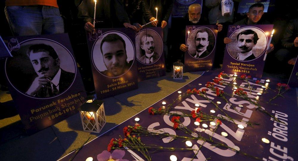 Flores y velas en homenaje de las víctimas del genocidio armenio de 1915