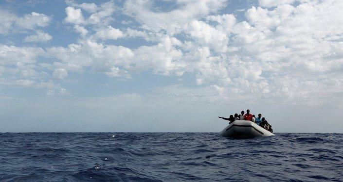 Una embarcación con inmigrantes en el Mediterráneo (archivo)