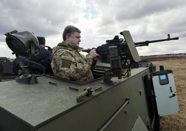 Petró Poroshenko, presidente de Ucrania, exminando el transporte blindado de Reino Unido Saxon