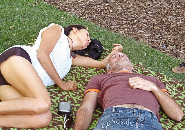Una pareja en un parque de Madrid