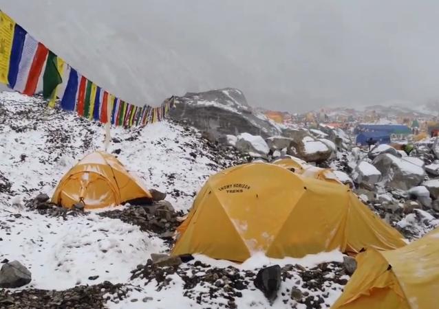 Imágenes del alud que mató a decenas de personas en el Everest