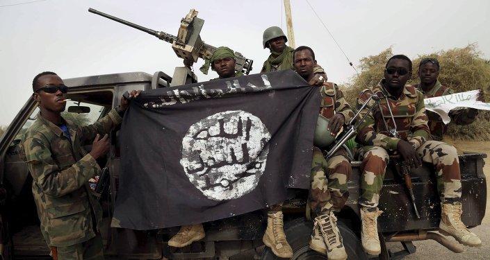 Soldados nigerianos con la bandera de Boko Haram (archivo)