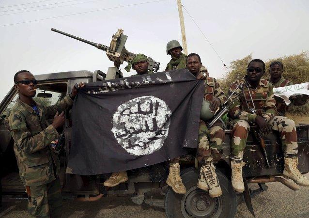 Soldados nigerianos con la bandera de Boko Haram
