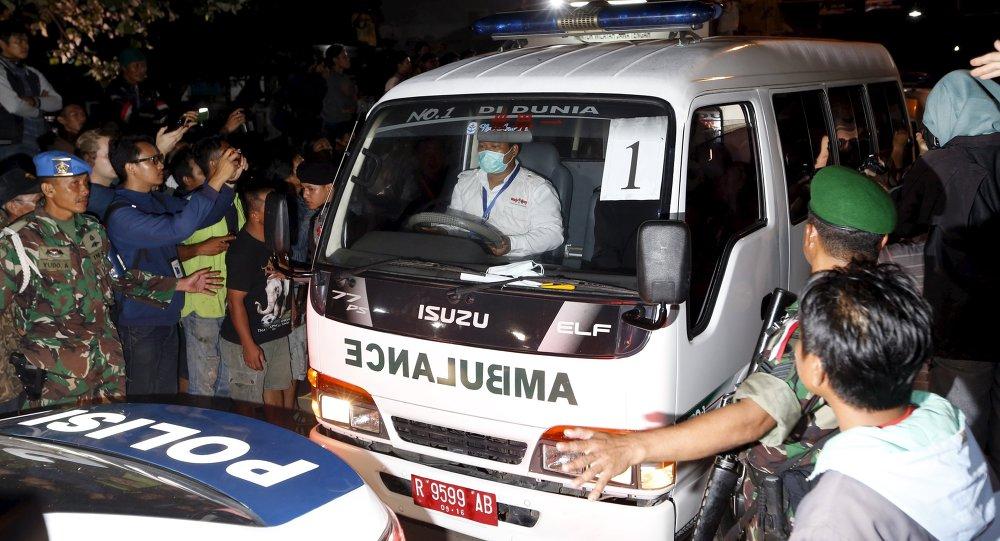 Una ambulancia que transportaba el ataúd de un preso condenado a muerte