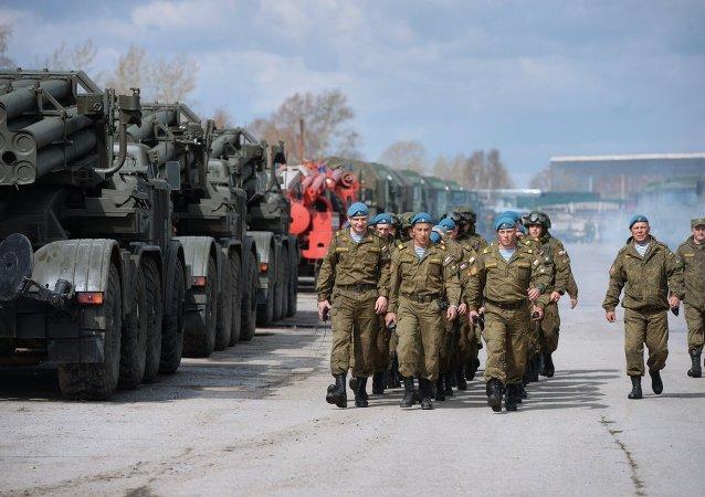 Soldados ensayan el desfile militar en una base aérea de Novosibirsk