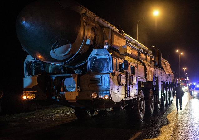 Un poderoso misil intercontinental se pasea por Moscú