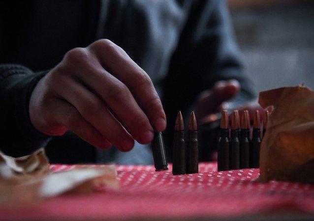 Soldado ucraniano descarga la munición mientras se prepara para vigilar por observadores de la OSCE