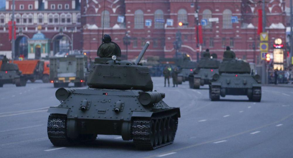 Tanques rusos durante el ensayo del desfile militar en Moscú