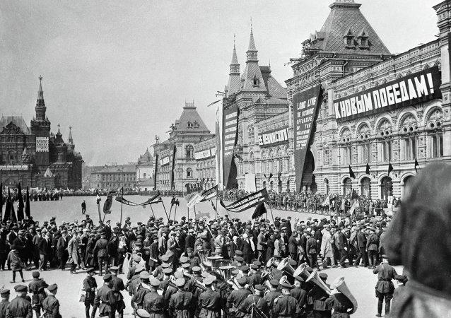 Desfile del Primero de Mayo en la Plaza Roja en 1932