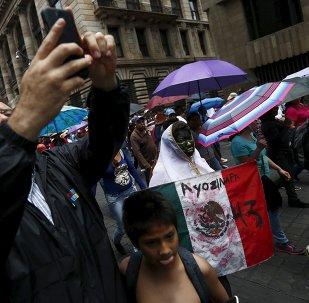 Miles marchan con padres de 43 desaparecidos en Día de los Trabajadores en México
