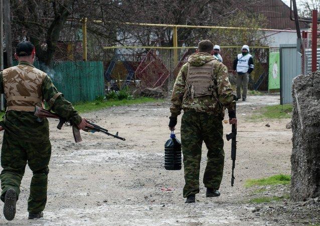 Los combatientes del batallón Azov y observadores de la OSCE en Shirókino